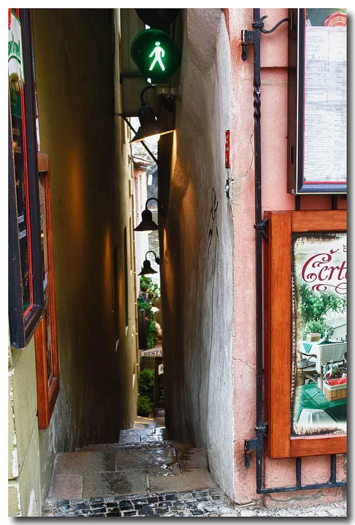 7061519685 7bc500dab4 b - Самая узкая улица в Праге