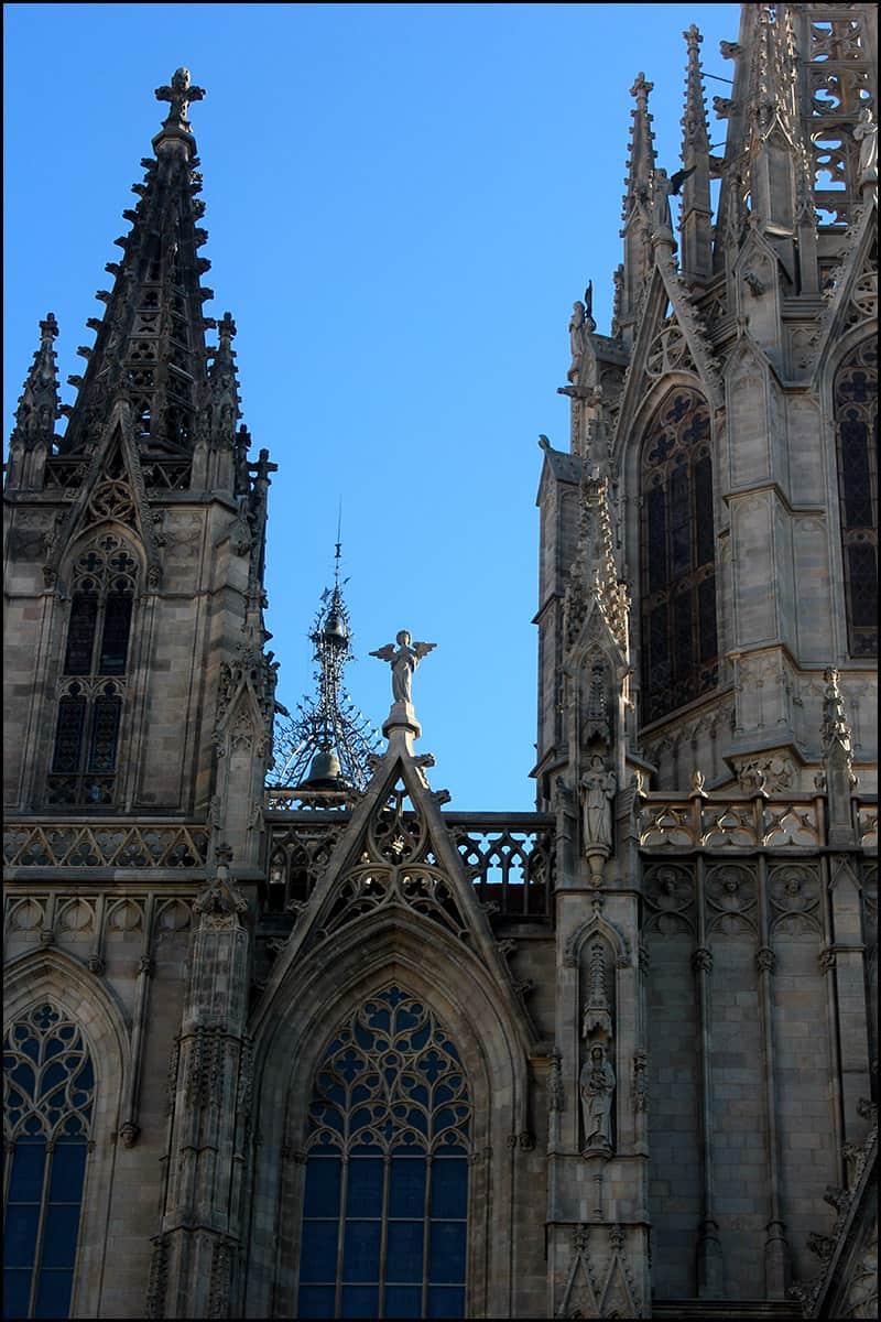 Высота шпиля центральной башни составляет 70 м