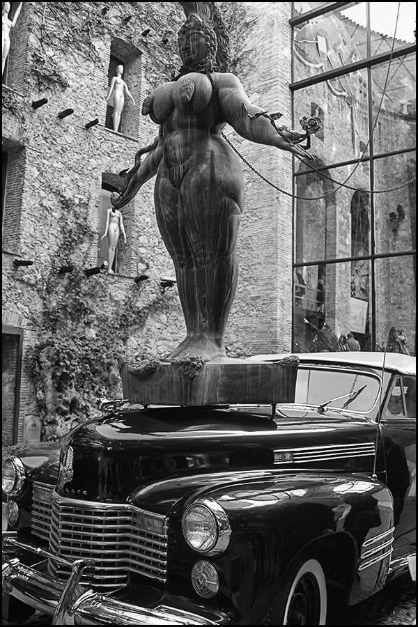 Сзади статуэтки Оскар, которые Дали вручил себе сам